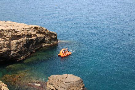 Das knallrote Gummiboot im Meer der Costa Brava.