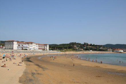 Dei Bucht von Gorliz mit ihrem breiten Sandstrand und dem Krankenhaus.