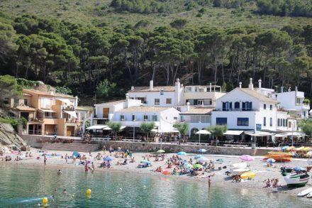 In der kleinen Bucht vom kleinen Sa Tuna herrscht reger Strandbetrieb.