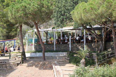 Das Restaurant La Pelosa liegt direkt an der gleichnamigen Bucht und ist sehr beliebt.