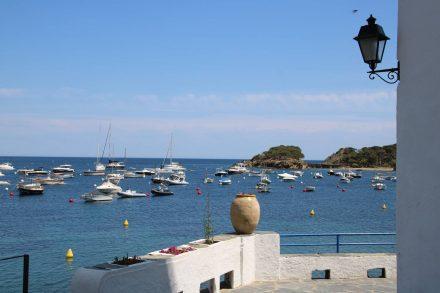 Idyllischer Blick über die weißen Mauern in Cadaques auf den Hafen.