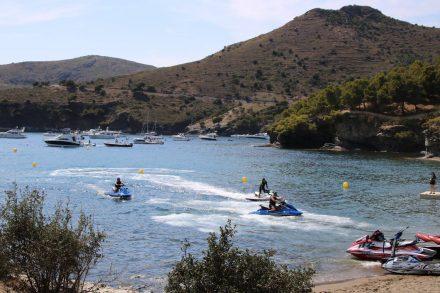 Am Samstag tummeln sich auch die Motorsportler in der Bucht La Pelosa.