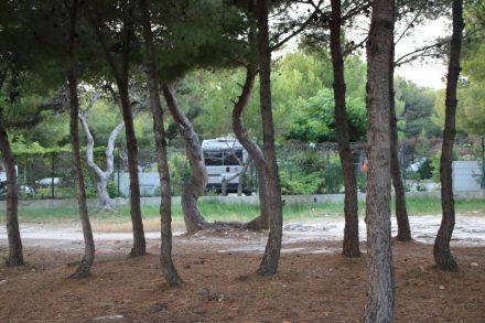 Der Adria Twin auf seinem Stellplatz im Camping Le Mas.