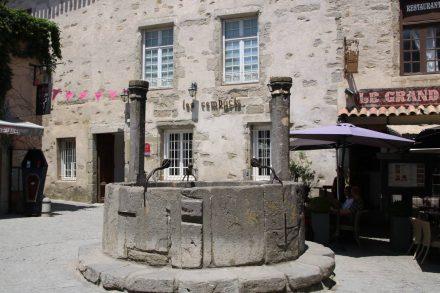 Ein alter Zugbrunnen im Inneren der La Cite von Carcassonne.