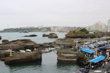 Die starken Befestigungsmaurn schützen den alten Hafen von Biarritz vor dem wilden Atlantik.