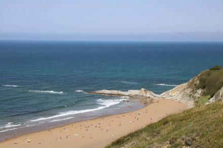 Direkt neben dem belebten Strand von Sopela liegt der ruhigere Strand Arrietara-Atxabiribil.