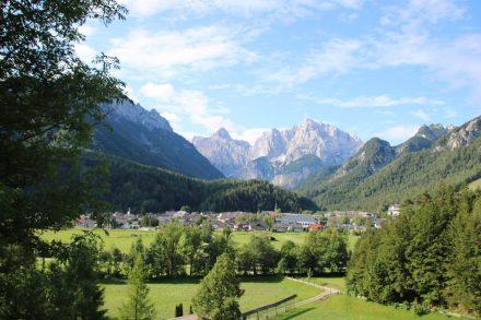 Auf der ersten Anhöhe werfen wir einen Blick zurück auf die Stadt und das Bergpanorama.
