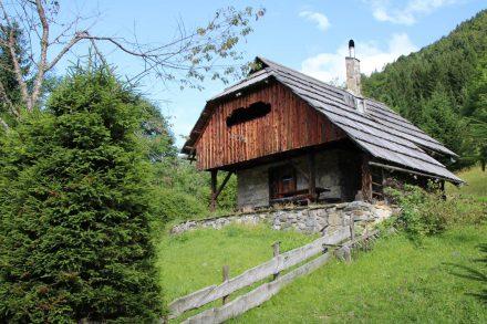 Schöne alte Berghütte auf der Nordseite des Tals.