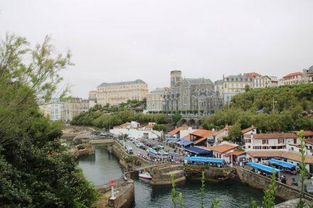 Der alte Hafen mit seinen kleinen Fischlokalen und dahinter die Stadtkirche von Biarritz.