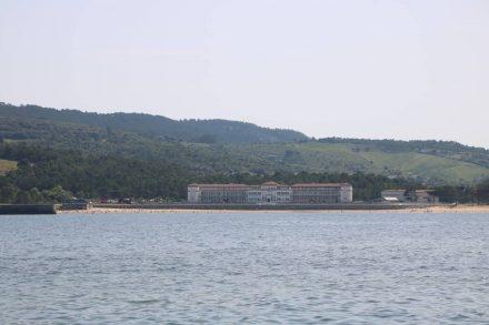 Direkt gegenüber der Bucht von Barrikaden liegt das Krankenhaus in der Bucht von Gorliz.