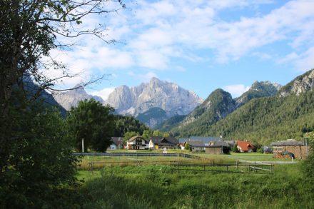 Blick auf Kranjska-Gora und die Julischen im Hintergrund.