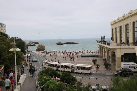 Blick von der Altstadt auf das Casino und den Stadtstrand von Biarritz.