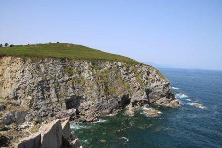 Hoch oben auf der Steilküste verläuft der Küstenpfad mitten im Grünen.