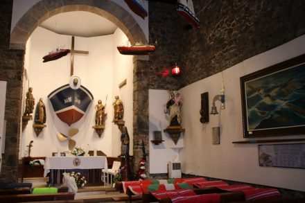 Das fast schon wohnliche Innere der Kapelle San Juan de Gaztelugatxe.