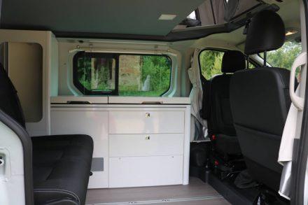 Dreier-Sitzbank und drehbare Frontsitze.