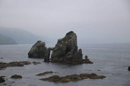 Wild ragen die steilen Felsbrocken aus dem Atlantik.
