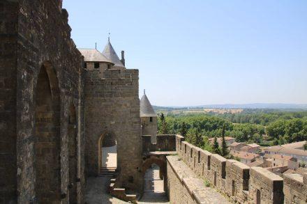 Wehrgänge und Festungstürme auf der Anhöhe von Carcassonne.