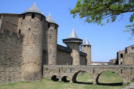 Brücke über den Burggraben rund um die Festung.