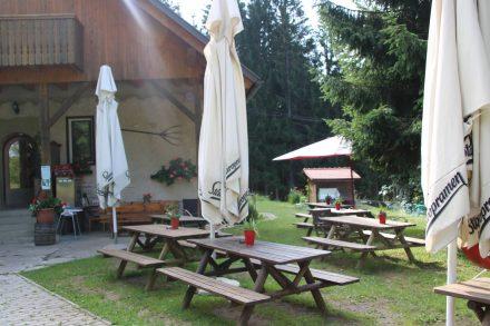 Nach dem ersten Aufstieg lädt das Almgasthaus Srnjak zur Pause ein.