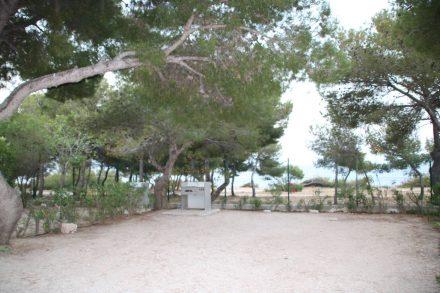 Die Stellplätze im Camping Le Mas variieren bis hin zur eigenen Grill-Station.