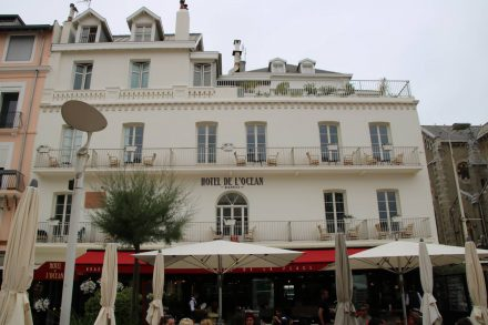 Hotels, Restaurants und Cafes am Hauptplatz von Biarritz.