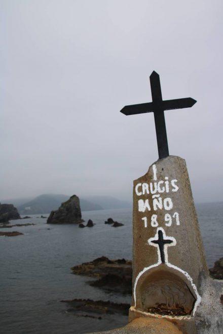 Das Kreuz mit Opferstock am Fuß der Kapelle von Gaztelugatxe.