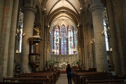 Schönes Kirchenschiff in der Basilika St-Nazaire und St-Celse.