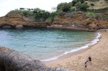 Eine kleine ruhige Nebenbucht am Atlantik-Strand von Biarritz.