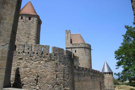 Schlosstürme und Wachtürme der Festungsanlage von Carcassonne.