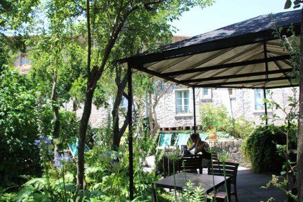 Trotz des touristischen Trubels finden sich in Carcassonne Cite gemütliche, grüne und schattige Plätze für eine Verschnaufpause.