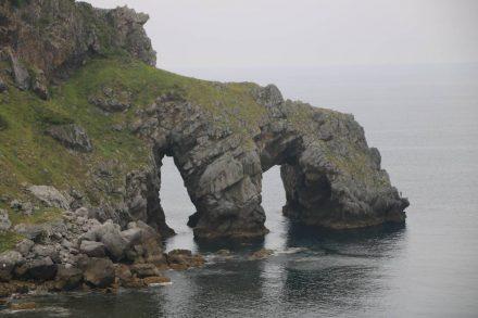 Die Felsbögen und Höhlen von Gaztelugatxe sind alle natürlich entstanden.