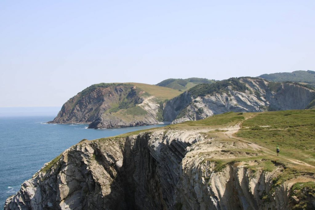 Der Weg geht immer an der Steilküste entlang.