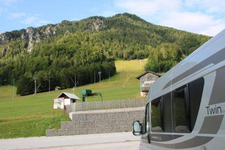 Start zur Wanderung am Aussichtsbalkon ist der große Parkplatz von Kranjska-Gora.