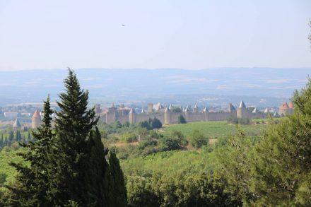 Blick von der Autobahn auf die riesige Mittelalterstadt Carcassonne.