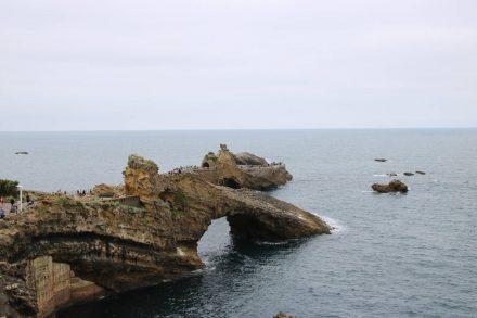 Mit einer weißen Madonna mit Kind gekrönt ist der Felsen ein Wahrzeichen von Biarritz.