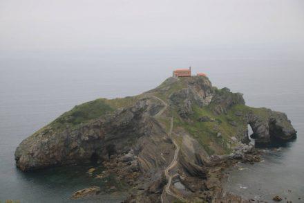 Die älteste Seefahrerkapelle des Atlantik liegt mystisch auf ihrer kleinen Steininsel.