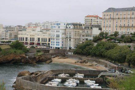 In Biarritz kann man von der Stadt am alten Hafen vorbei auf der Strandpromenade spazieren.