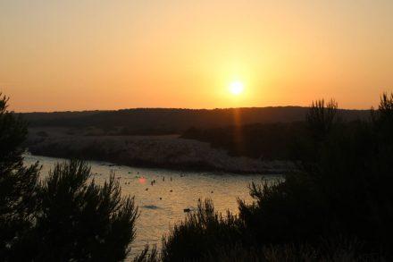 Wunderschöner Sonnenuntergang über der Bucht von Sainte Croix in der Camargue.