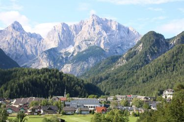 Imposant thronen die Berge hinter der Stadt.