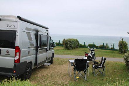 Der Adria Twin mit Blick auf den Atlantik im Camping Le Pavillon Royal.