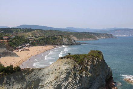 Erster Blick auf den gut besuchten Strand von Sopela.
