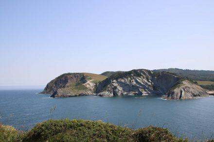 Wie ein Gemälde wirken die zerklüfteten Felsen der Steilküste über dem Meer.