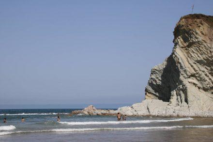 Der Strand von Sopela mit seinen angrenzenden weißen Felsen.