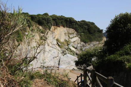 Eine kleine Holztreppe führt zum FKK-Strand von Barrikaden.