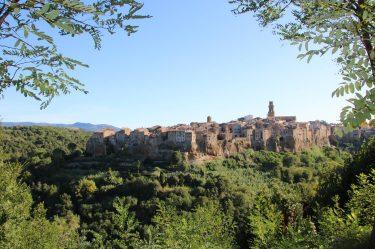 Malerisch liegt das uralte Pitigliano auf seinem Tuffstein-Fundament.