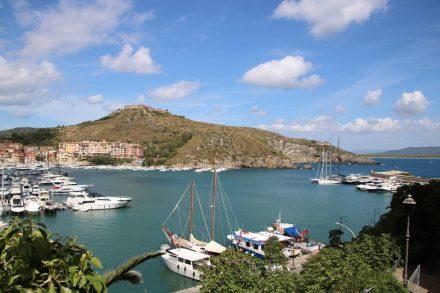 Der Hafen von Porto Ercole mit dem Forte Filippo.