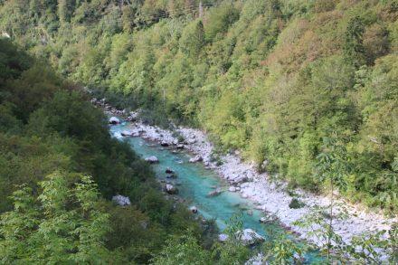 Schöne Aussichten zwischen grünem Wald, smaragdfarbenen Wasser und weißem Gestein.