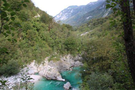 Der Wanderweg steigt immer mal wieder hinauf und ermöglicht Ausblicke über das Tal.