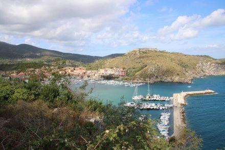 Die Hafenmauer am Eingang zur Bucht von Porto Ercole.
