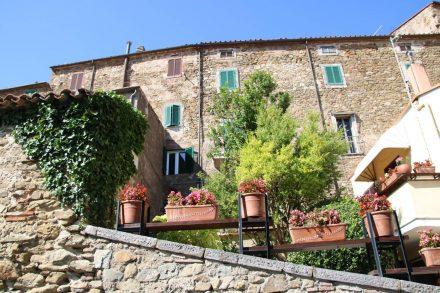 Auch die Stadtmauern von Manciano sind begrünt.